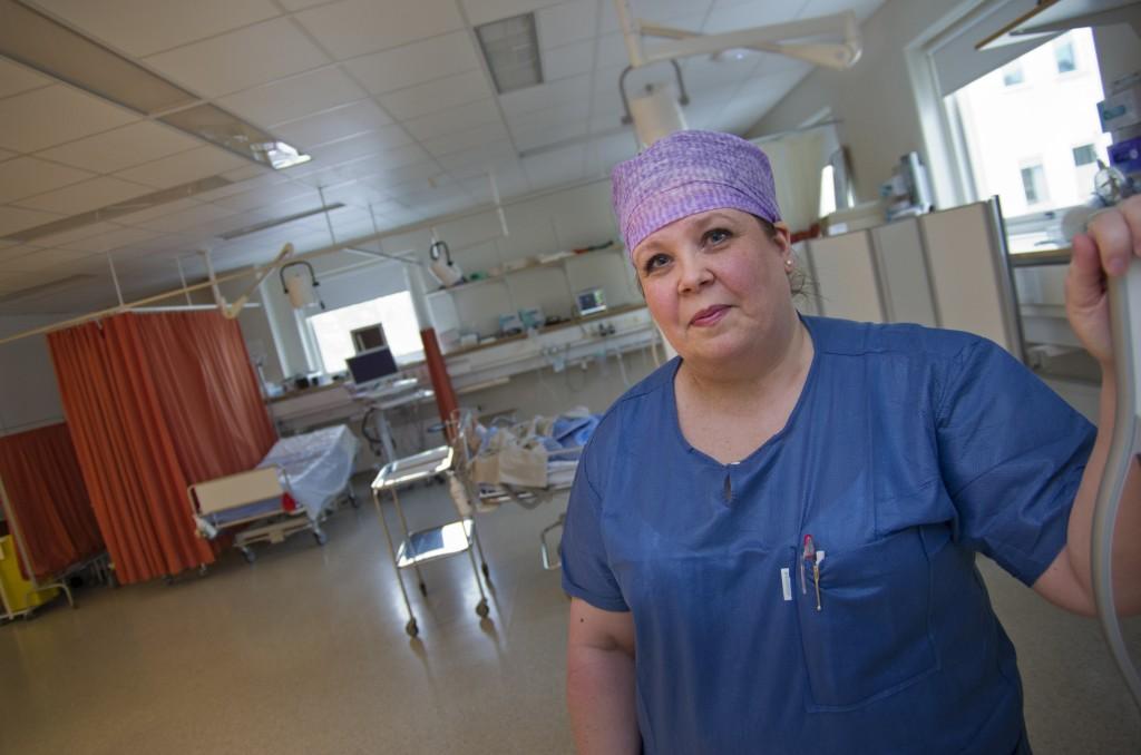 Sjukskötaren Tove Holmström ser fördelar med ett litet sjukhus som Västra Nylands: Personalen får ett brett kunnande och kan ta hand om patienterna på ett helhetsmässigt sätt.