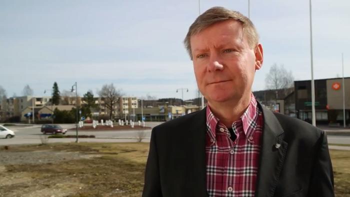 Kommundirektör Mikael Grannas i Sibbo berättar i en video om servicereformen.