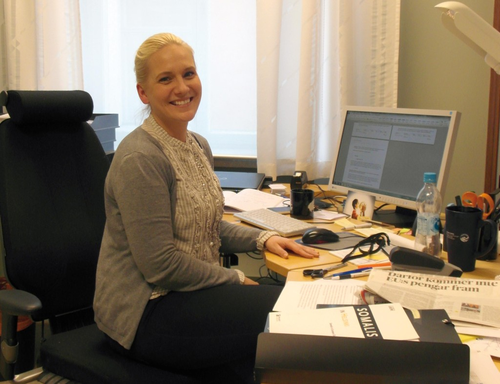 Säkerhetskoordinator Kristina Westerholm vid Helsingfors stad säger att ett sätt att förebygga våldsam extremism är att se till att servicesektorn fungerar bra och inte skapar mera utanförskap. Foto: Jessica Suni