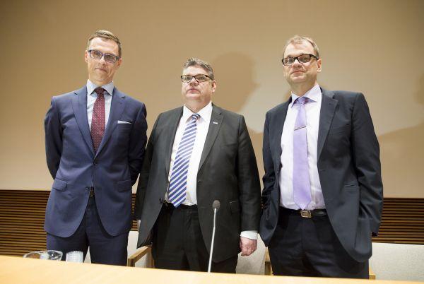 Regeringen har beslutat sig för stora och svåra reformer. De optimistiska tidtabeller man meddelat om är hårt trängda. På bilden finansminister Alexander Stubb (Saml),  utrikesminister Timo Soini (Ps) och statsminister Juha Sipilä (C).