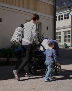 Om ena föräldern är hemma med ett barn begränsas det äldre sykonets rätt till dagvård. Foto: Axel Nurmio
