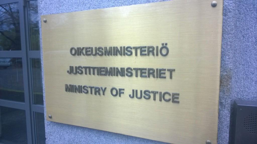 Ministeriets namn på båda nationalspråken samt engelska. Alla i samma bokstavsstorlek, enligt rekommendationerna.