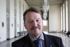 Mats Nylund (SFP), ordförande för Kommunförbundets svenska delegation, ställer sig kritisk till att alla direktörer har föredragningsrätt.