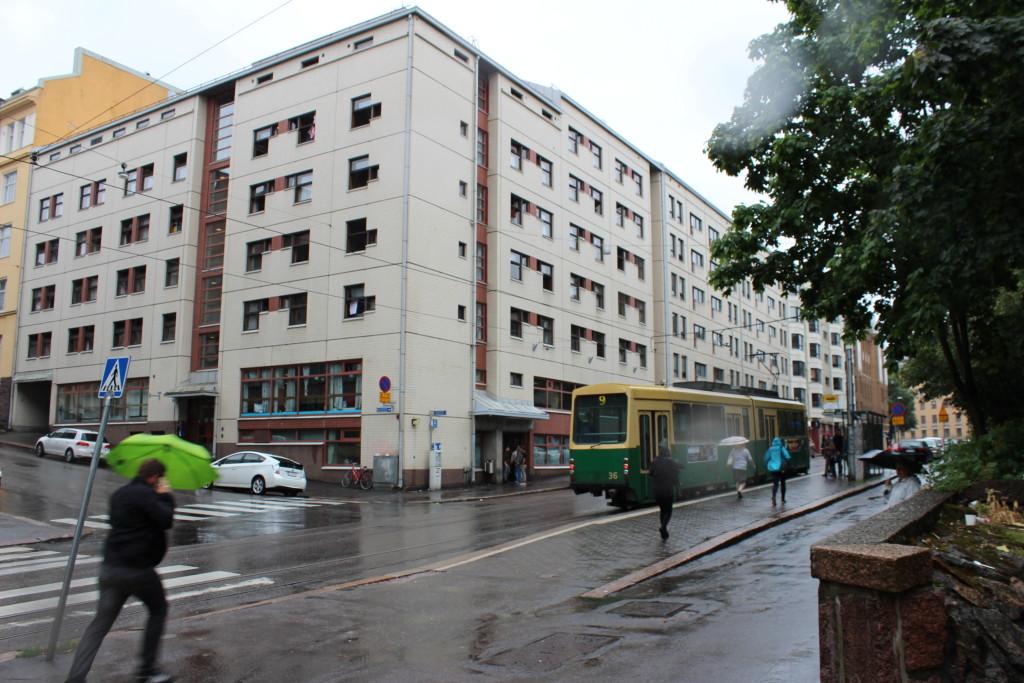 Mottagningscentralen för asylsökande på Karlsgatan i Helsingfors ligger mitt i vimlet i Berghäll.