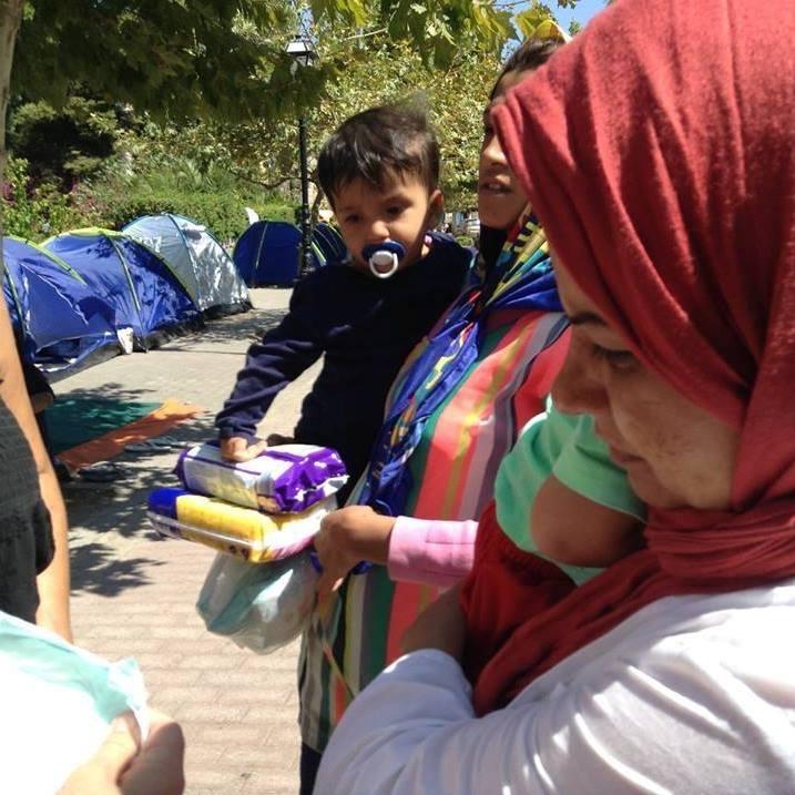 Folkvandring. Flyktingar anländer varje dag till den grekiska ön Kos för att fortsätta norrut. I Finland bygger man upp flyktingslussar för att kontrollera invandringen. Bilden är tagen av Britta Lindblom som hjälper flyktingarna med matpaket.