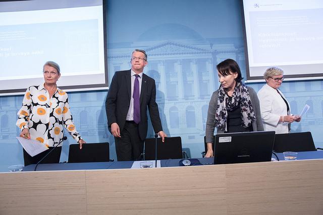 Utrikeshandels- och utvecklingsminister Lenita Toivakka, familje- och omsorgsminister Juha Rehula,  kommun- och reformminister Hanna Mäntylä och kommun- och reformminister Anu Vehviläinen presenterade