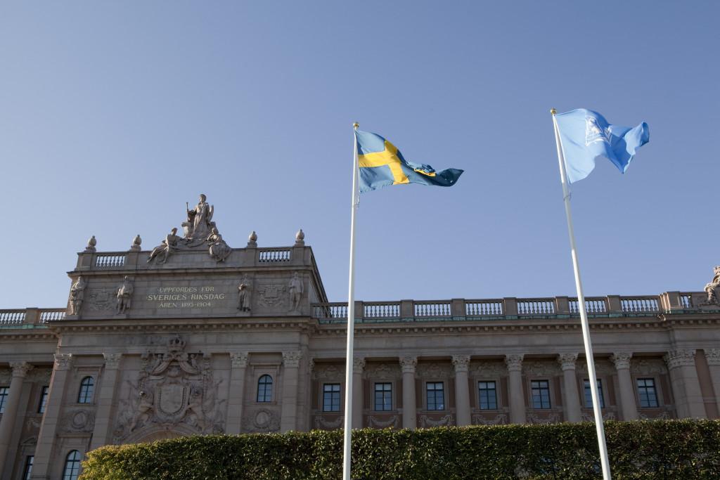 Det skiljer endast 30 000 röster mellan de politiska blocken i den svenska riksdagen. Utlnadsrösterna som räknas i dag kan komma att avgöra valet.