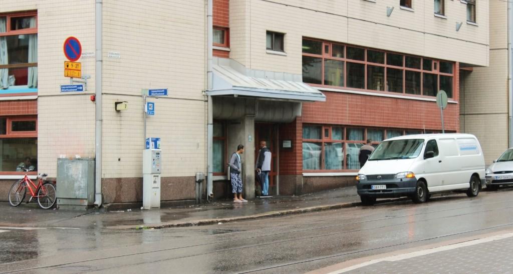 Mottagningscentralen i Berghäll i Helsingfors är fylld till bristningsgränsen. Foto: Mattias Lindroth