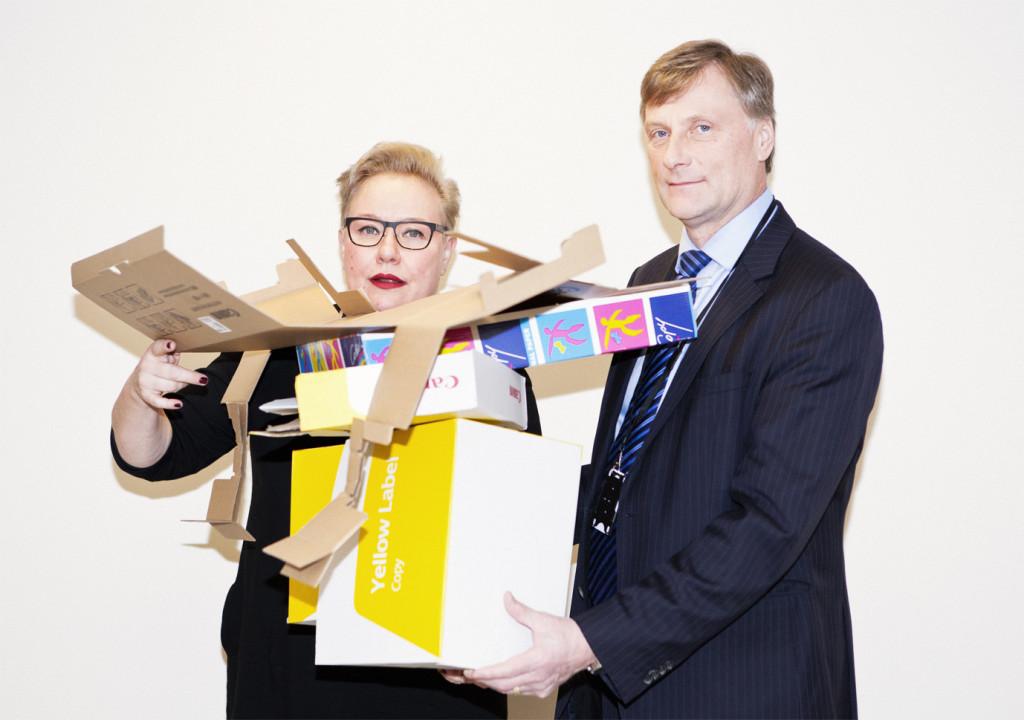 Hur kan förpackaningsmaterial återanvändas?  Sirpa Pietikäinen och Jari Koskinen fick en pappinstallation som inspiration av Kommuntorget. Foto: Henri Salonen