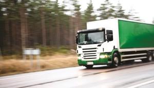 Lastbilarna kör flitigt längs med Hangöuddsvägen. Foto: Henri Salonen