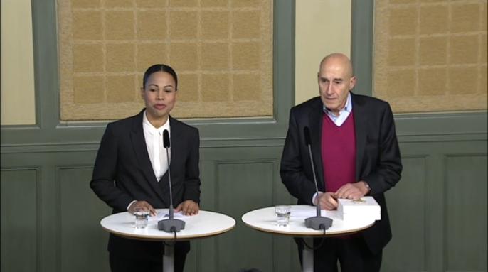 Demokratiminister Alice Bah Kuhne tar emot betänkandet från utredaren Olle Wästberg. Bild: Regeringen.se