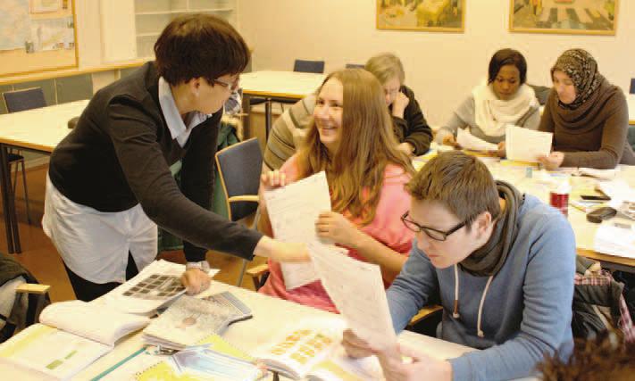 Julia Artemeva och Anastasiia Uzlova har läst svenska sedan september. Till vänster Annette Jansson, planeringsansvarig lärare vid Arbis.