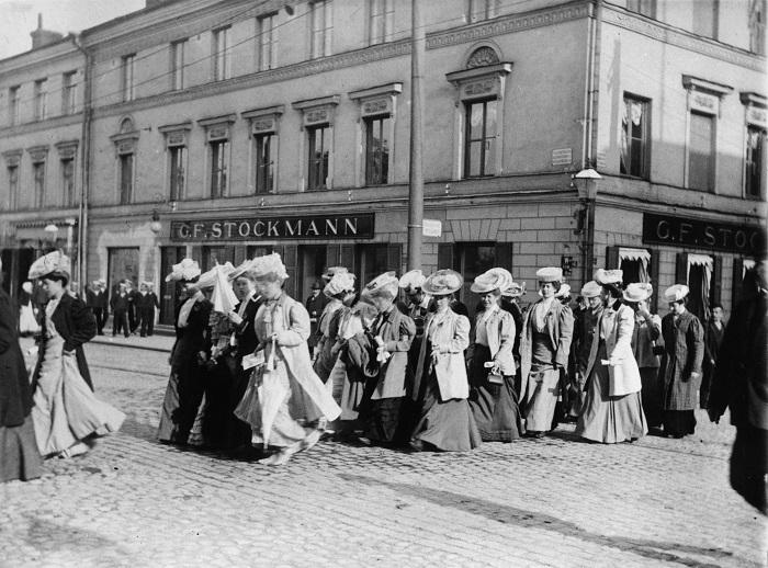 Demonstration för kvinnlig rösträtt år 1905 i Helsingfors. (Bild:  Helsingfors stadsmuseum)