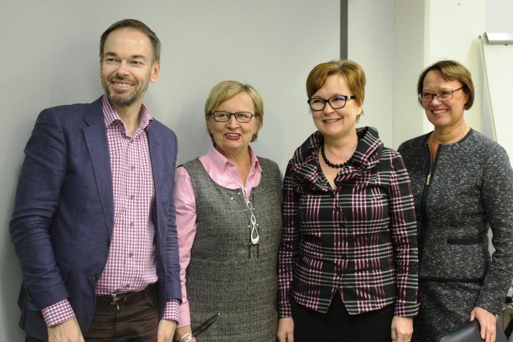Förändringsledaren Sinikka Salo besöker Svenska reformgruppens möte i april 2016. Från vänster Markus Österlund, Ulla-Maj Wideroos, Sinikka Salo och Kristina Wikberg.