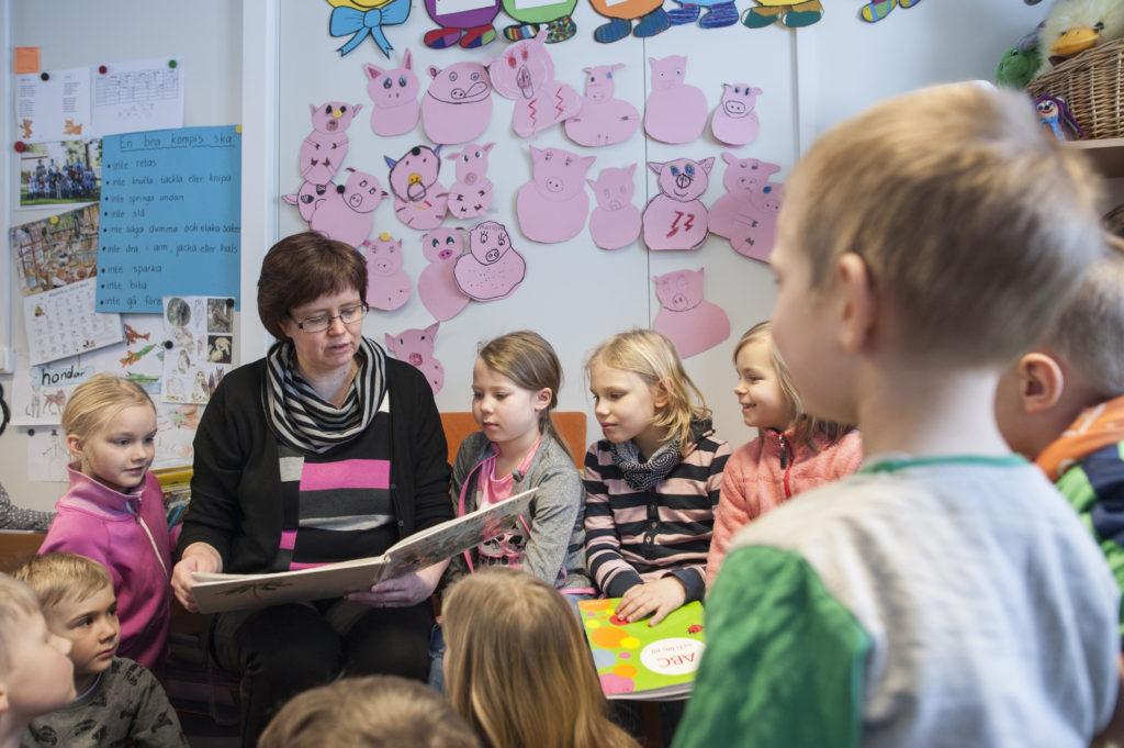 Sagostund i Purmo skola i Pedersöre tillsammans med läraren Marina Lillqvist. Bild: Rebecca Söderström