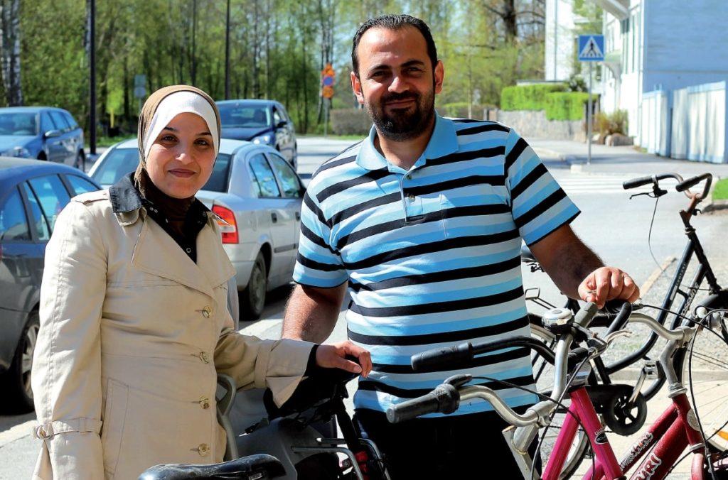 Dagen efter att Ebtisam Alhariri och Mohammed Alhammadah kom till Jakobstad köpte de en cykel med stor transportkorg baktill. – Den är utmärkt att transportera matvaror i. Numera har vi också bil och båda har körkort.