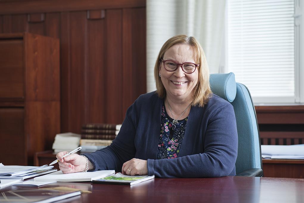 Jakobstads stadsdirektör Kristina Stenman ska förhandla om hur rättsstaten kan utvecklas.