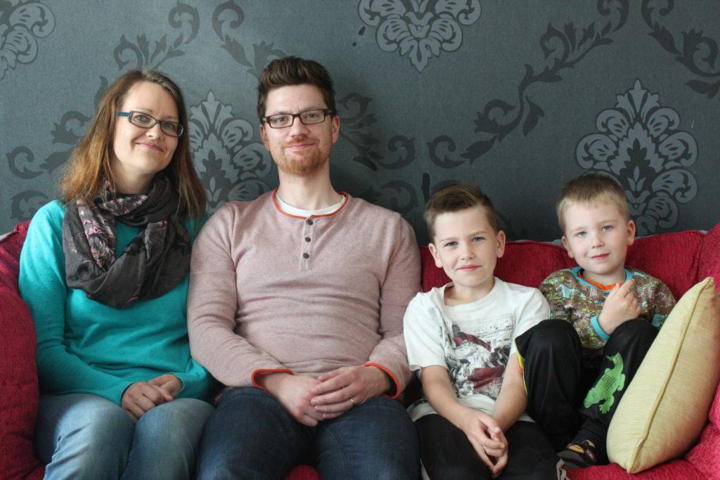 Johanna Kaustinen och Juha-Matti Muikku flyttade till Lappträsk för att ge barnen en svenskspråkig uppväxt. Foto: Oskar Karlsson.