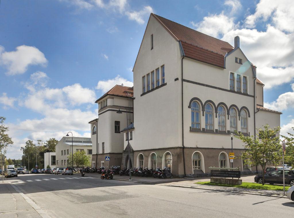 Jakobstads Gymnasium och Pietarsaaren Lukio delar skolbyggnad. Foto: Johannes Tervo