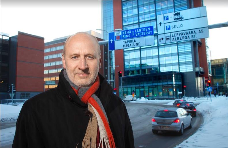 """""""Visst funderar vi särskilt noga nu på vilka reparationer som är vettiga"""", säger Juha Metso, omsorgsdirektör i Esbo. Foto: Seppo Haavisto."""
