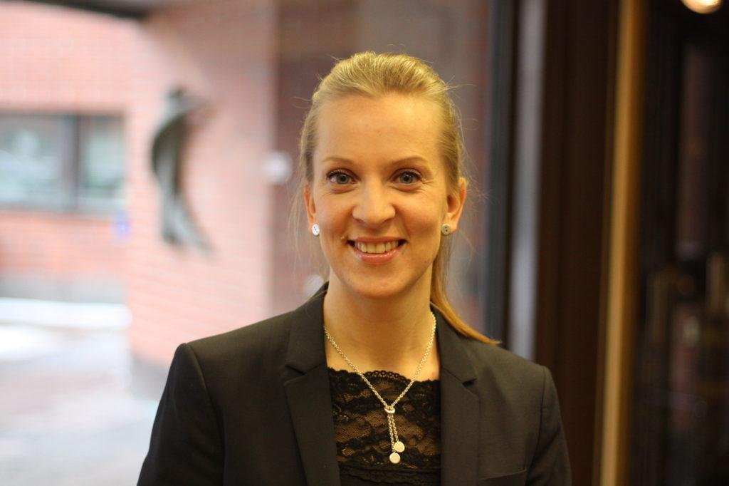 Sandra Bergqvist (SFP) leder arbetsgruppen Vård på svenska.