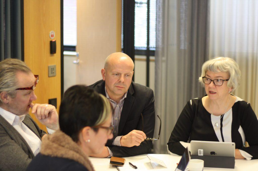 Barbro Högström, direktör för svenska bildningstjänster i Esbo (t.h.) är orolig för svenskan i huvudstadsregionen.