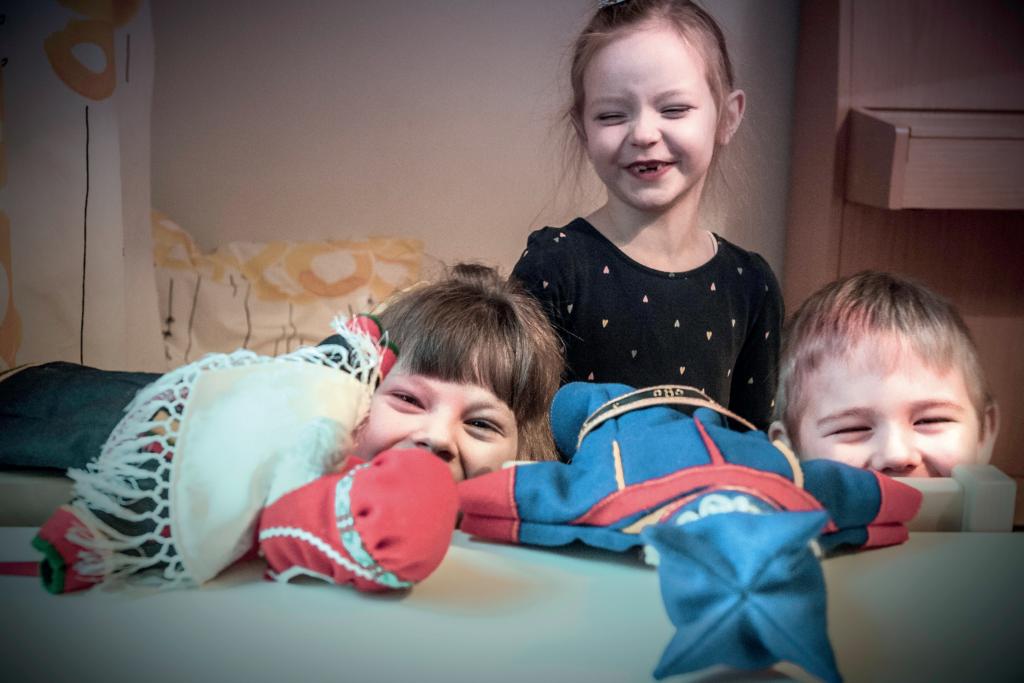 Áile Kirste Lokki, Sophia Kiprianoff, och Niila-Petteri Hernesaho leker dockteater. FOTO: KARL VILHJÁLMSSON