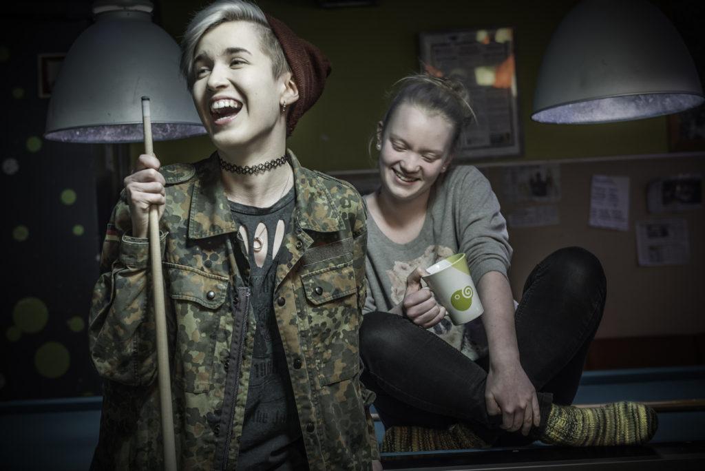 Pinja Koivisto beskriver sig som stamkund i caféet. Hon lockade med sin kompis Aino Ojala. Foto: Karl Vilhjálmsson.