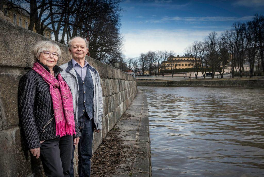 Äldrerådet i Åbo får mycket feedback om hemvården, berättar ordförande Soili Raitanen och äldrerådets medlem Leif Westerén. Foto: Karl Vilhjálmsson.