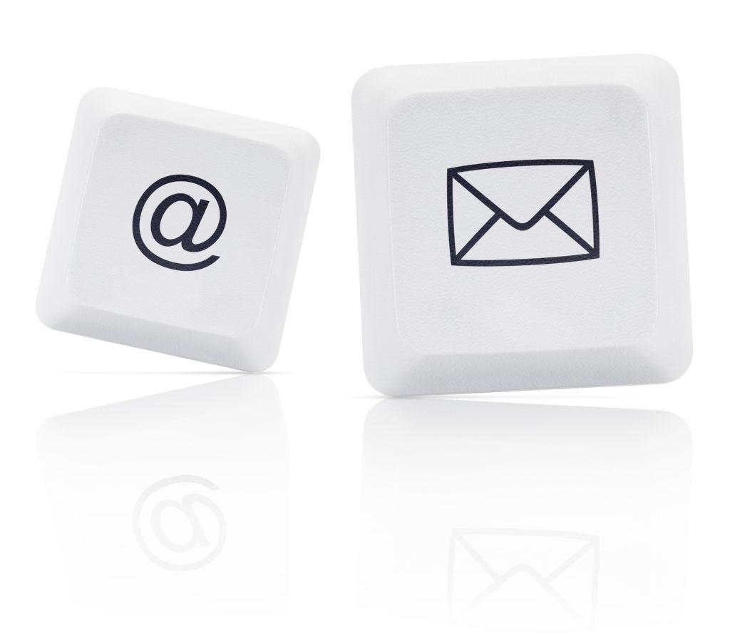 Hotelserna mot kommundirektörerna framförs ofta ansikte mot ansikte, men också via textmeddelanden, e-post och brev.