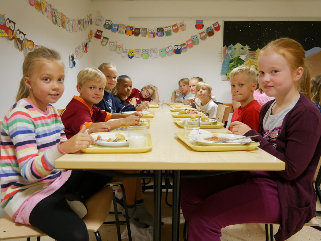 Dahlia och Laura trivs i skolrestaurangen tillsammans med sina klasskamrater i årskurs 3B.