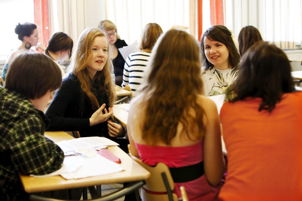 Speciellt svenskspråkiga flickor har blivit illa behandlade på grund av sitt språk. Det handlar främst om uppmaningar till att tala finska eller att få höra glåpord (arkivbild).