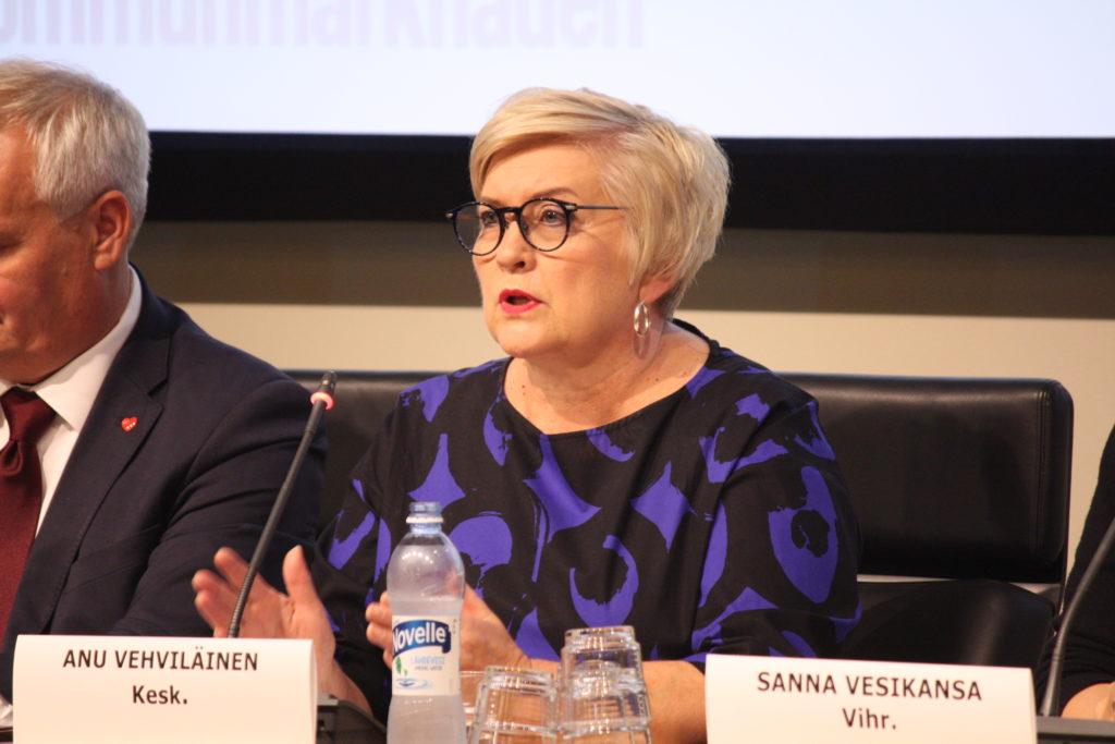 - Kommunförbundets beräkningar är inte alltid bland de mest objektiva, det vet vi alla, sade Vehviläinen i ett svar till Socialdemokraterna som i riksdagsdebatten refererade till Kommunförbundets beräkningar om hur statens åtgärder kommer att försvaga den kommunala ekonomin med nästan 300 miljoner euro nästa år.