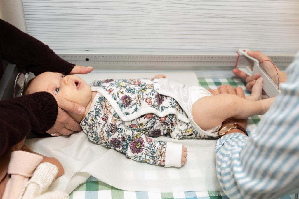 Bonnie har vuxit en centimeter sedan förra besöket. Vägning och mätning hör till barnrådgivningens centrala uppgifter, men i dagens läge har även psykiskt välmående och familjerelationer fått en stor roll.