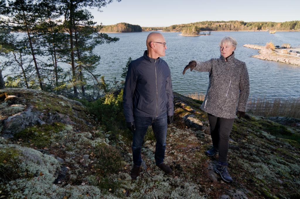 På klipporna i Nagu är både lantbrukaren Mikael Holmberg och projektkoordinatorn Nina Söderlund som hemma. Båda sitter i Pargas styrelse, Holmberg är dess ordförande. Men i skärgården funderar man fortfarande på om inte somliga saker skulle vara enklare att sköta utan att behöva gå via Pargas.