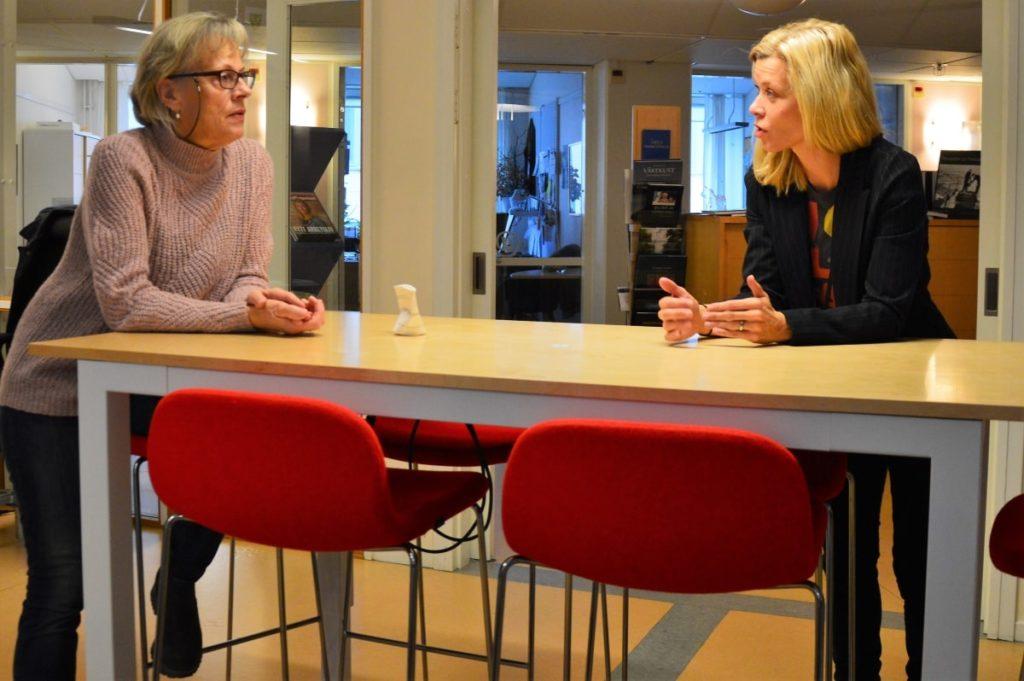 Min lokala värd Märit Melbe (till vänster) i diskussion med Anna Eklöf.