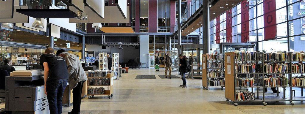 Många av Esbos bibliotek är placerade i köpcentrum, vilket ökar bibliotekens attraktion som ett vardagsrum för kommuninvånarna. Bild: Esbo stad.