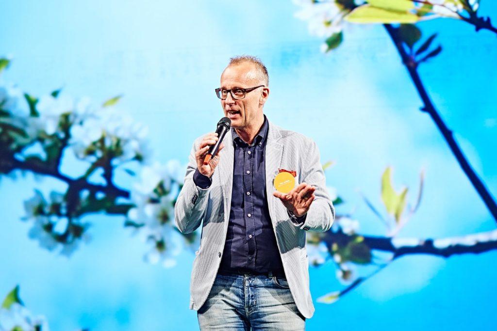Palle Lundberg är stadsdirektör i Helsingborg. Han har en lång rad utmärkelser inom grenen förändringsledarskap och har skrivit boken Träna ledarskap (2010).