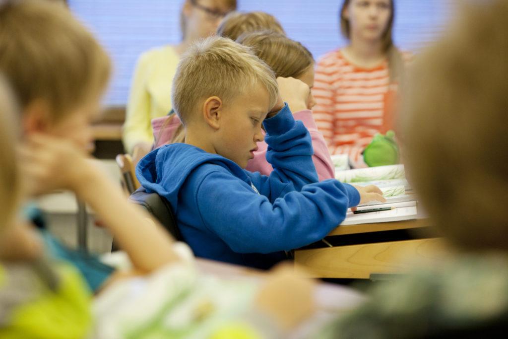 Kommunerna kan själva bestämma vilket språk eleverna i årskurs ett börjar läsa.