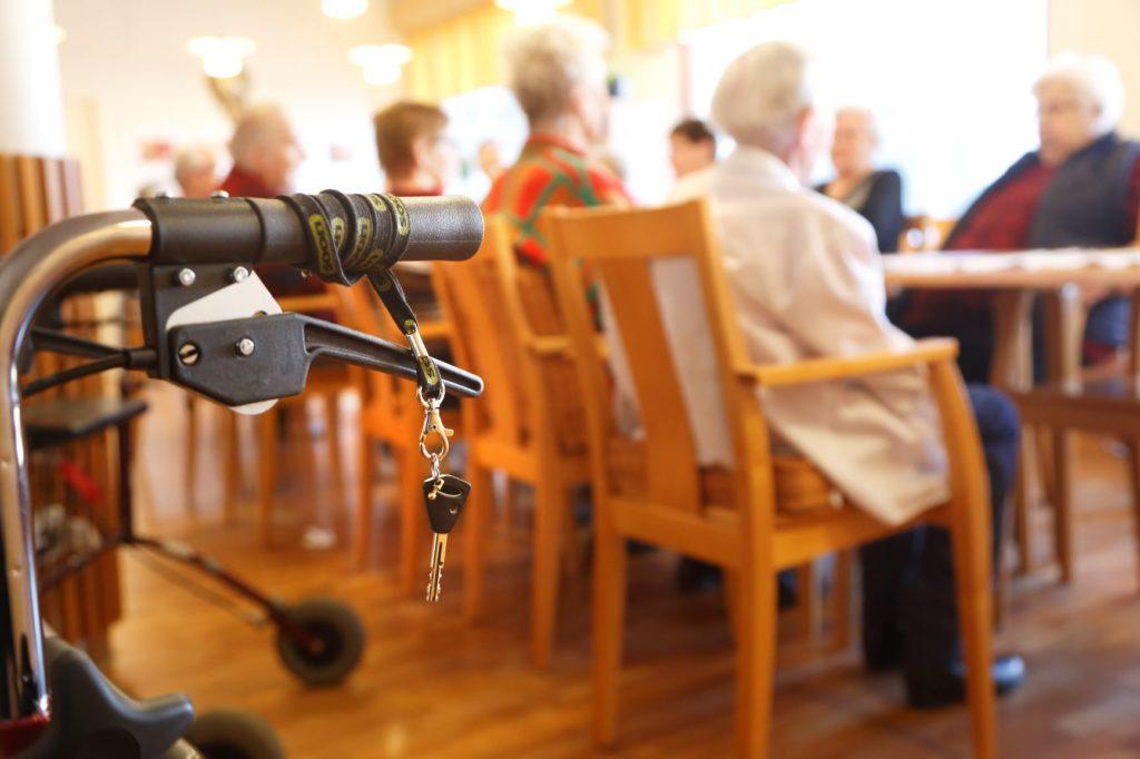 I de öppna enkätsvaren nämns förutom personalbrist också arbetstagarnas brist på engagemang i arbetet som ett problem inom åldringsvården.