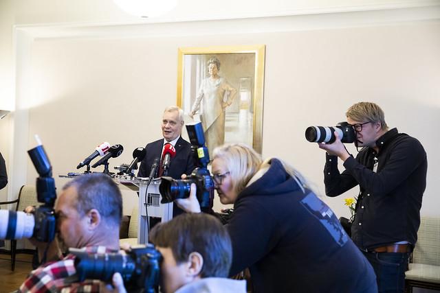 Regeringssonderaren Antti Rinne (SDP) berättar inför ett samlat pressuppbåd att han fortsätter hamra fram en regering tillsammans med Centern, De gröna, Vänsterförbundet och SFP.