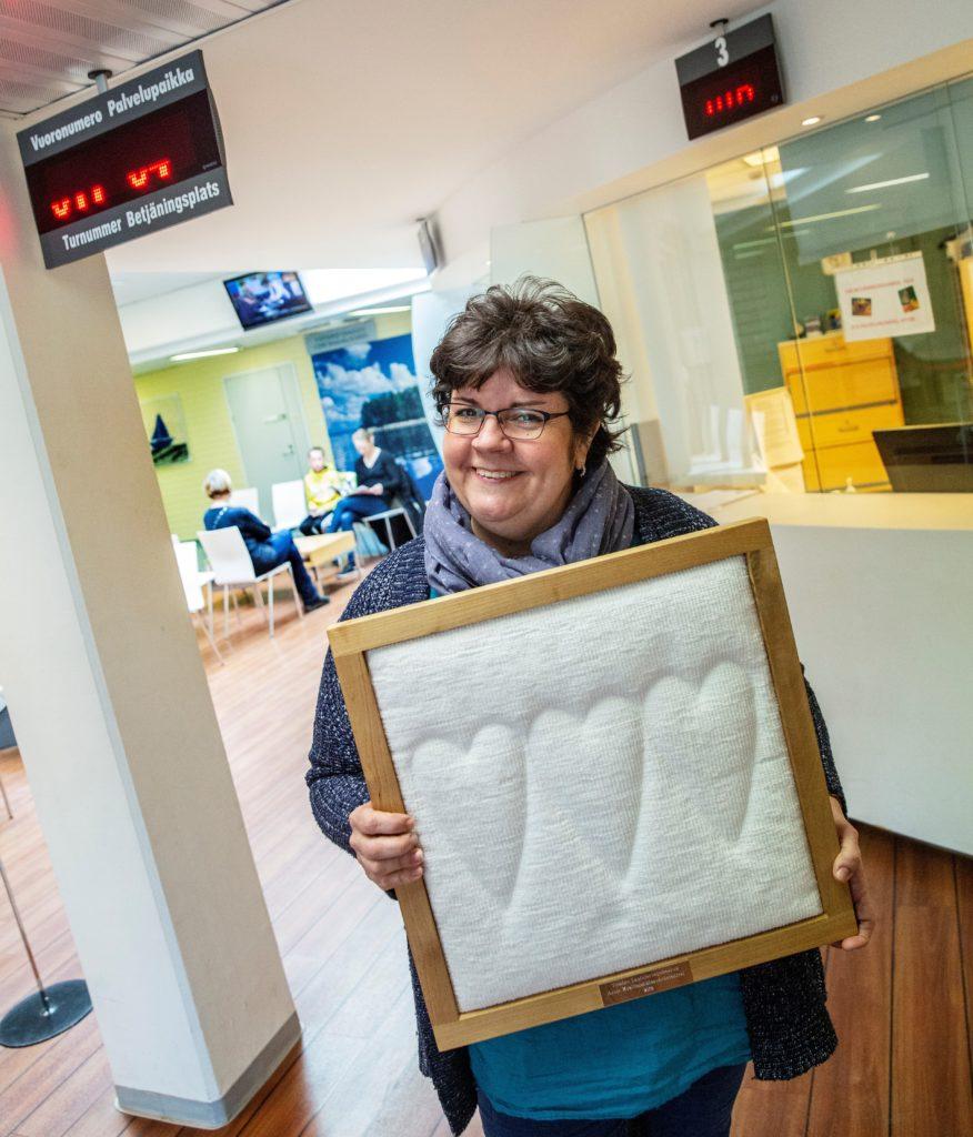 Pargas är årets kvalitetshälsocentral 2018. T.f. vårdchef Janette Sundqvist visar stolt upp pristavlan inne i Pargas hälsostation.