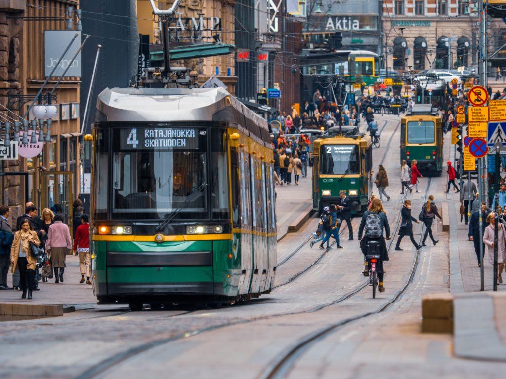 Helsingfors brottas med helt andra frågor än små kommuner, där utmaningen snarare gäller hur de ska kunna behålla sitt självstyre.  Balansgången för Centern handlar om att utveckla både landsbygden och de stora städerna. Bild: Tapio Haaja