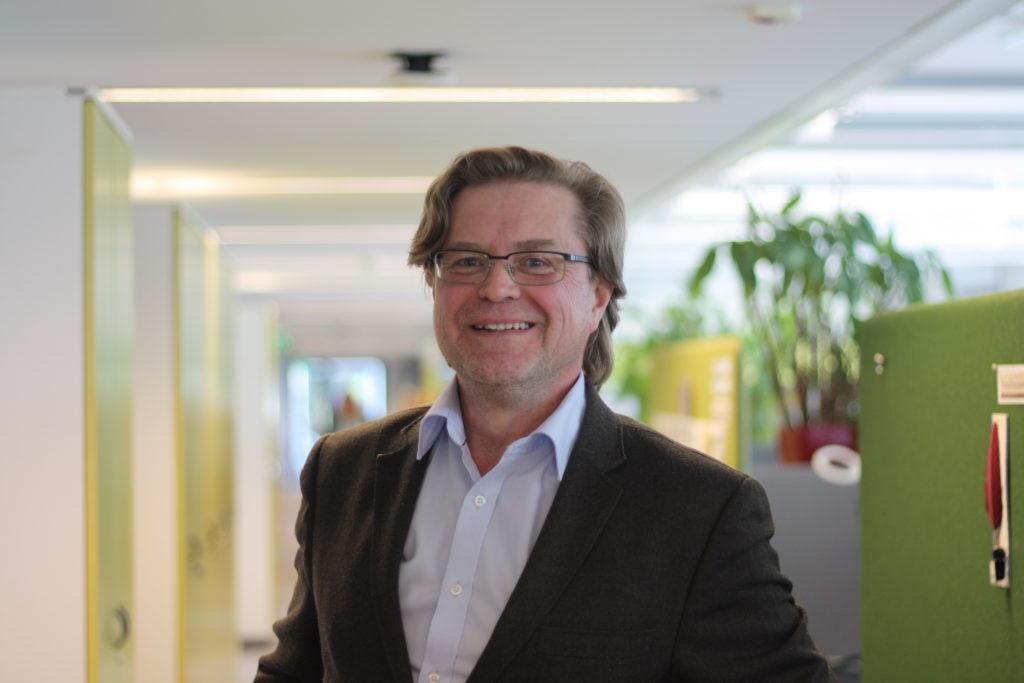 Matti Räsänen vid Institutet för de inhemska språken tycker sig se en attitydförändring gentemot svenskan. Foto: Dan Lolax