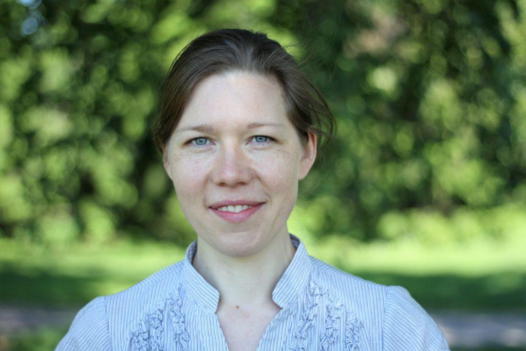 Kia Leidenius tar sig an den nya tjänsten som specialsakkunnig på Esbo stad. Hon ska se till att svenskan tas i beaktande under de kommande reformåren.