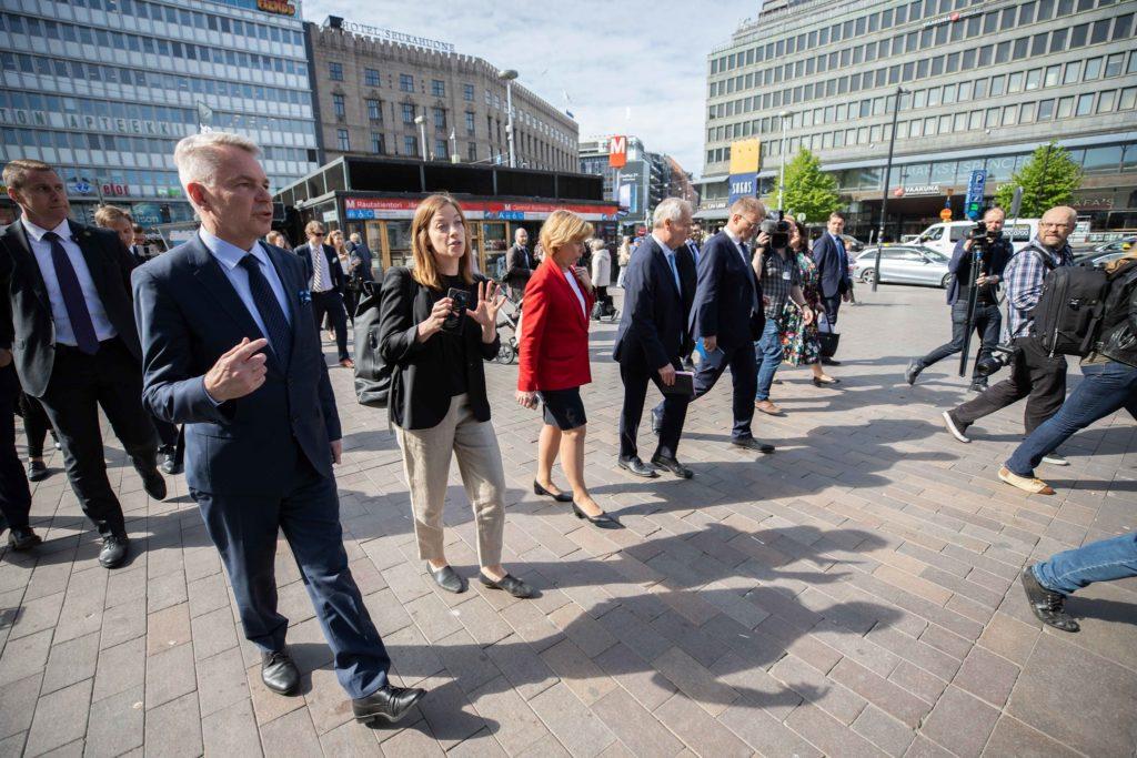 Pekka Haavisto, Li Andersson, Anna-Maja Henriksson, Antti Rinne och Juha Sipilä på väg mot biblioteket Ode i juni 2019.