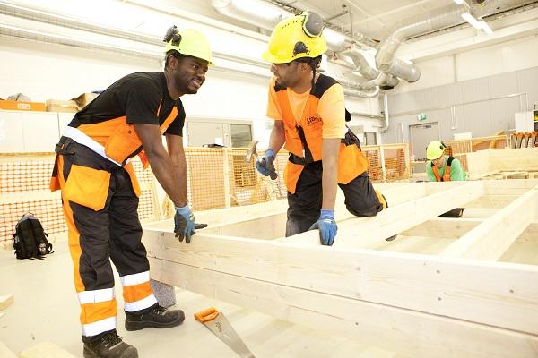 Utöver satsningen på en miljard euro främjar kommunerna sysselsättningen bland annat med hjälp av yrkesutbildning och integration samt genom sådana investeringar i infrastrukturen som stödjer företagsverksamhet.