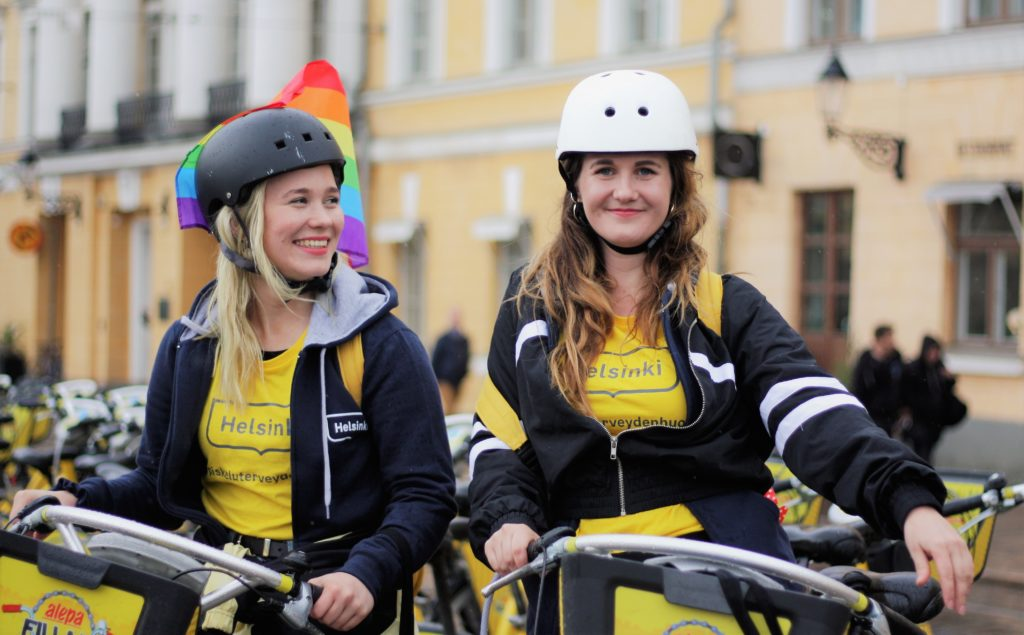 Skolhälsovårdare cyklar i centrum. Skolhälsovårdare Gillan Suvisaari och Tessa Puolakka kommer att synas i Helsingfors gatubild i sommar. De ska upplysa ungdomar om sexual- och preventivhälsa utanför mottagningsrummen i skolorna.