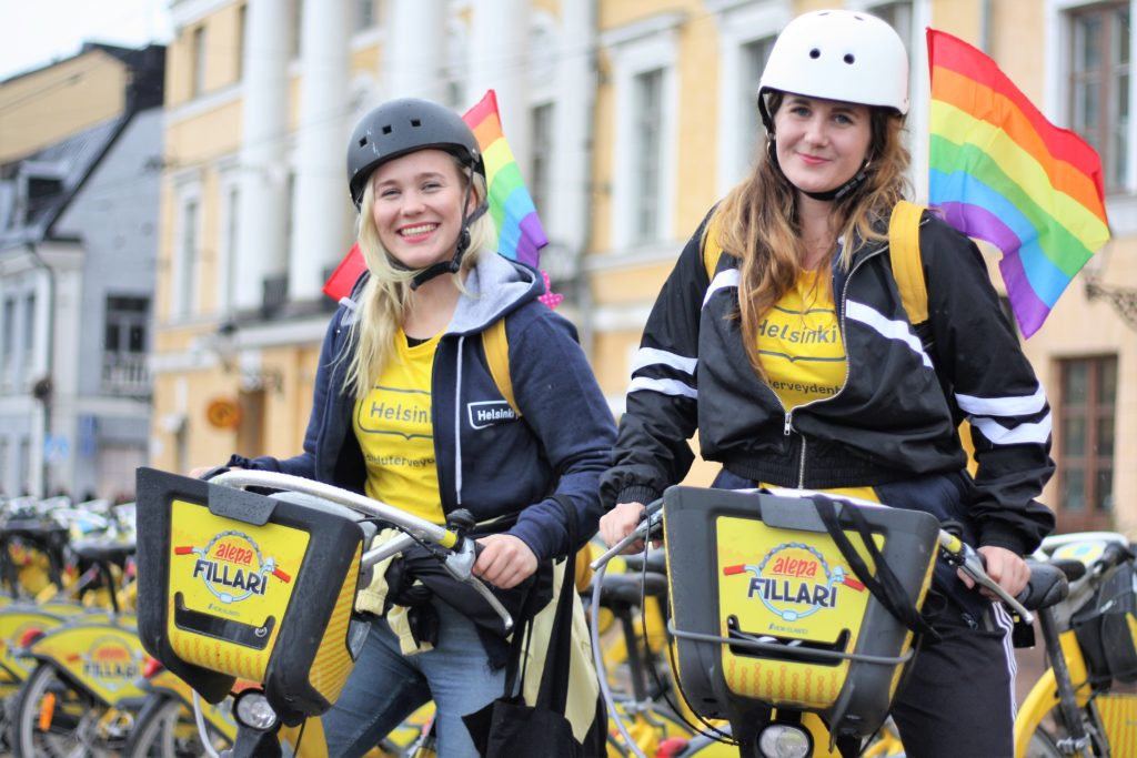 Skolhälsovårdare Gillan Suvisaari (t.v.) och Tessa Puolakka syntes i Helsingfors gatubild i somras. Nu uppmärksammas deras och hälsovårdens verksamhet med ett informationspris.