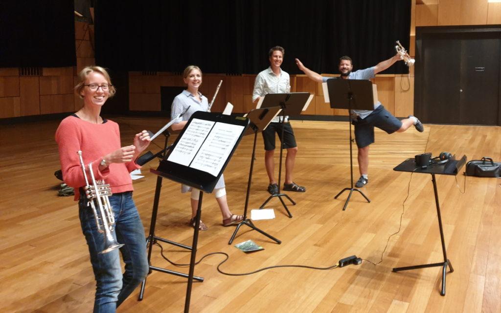 Kommunförbundets fanfar spelades in i Malmös konserthus Malmö Live. Från vänster: Magdalena Nilsson, fjärde trumpetist, Anna Melander, flöjtist, Matteo Battistoni, första trumpetist och Oscar Fransson, andra trumpetist.
